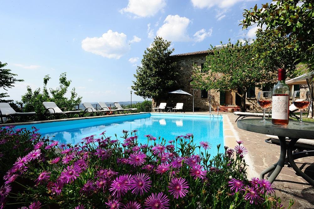 Residenza agrituristica colle del sole vista su piscina con fiori