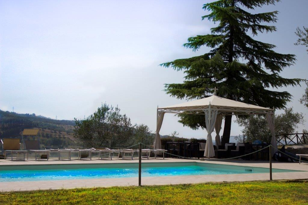 Residenza Agrituristica colle del sole piscina esterna con gazebo