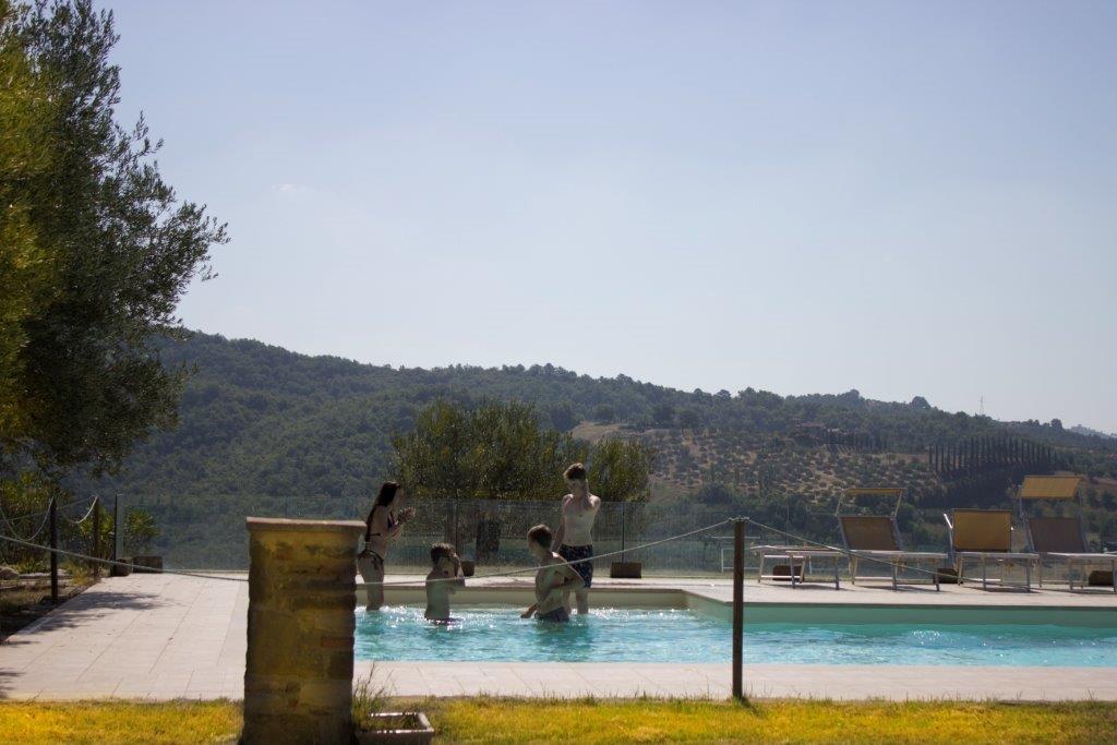 Agriturismo colle del sole piscina esterna con vista sul colle